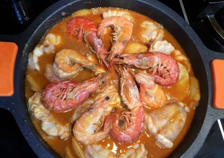 Receta de cazuela de rape, gambas y langostinos para combatir el frío de forma sabrosa y sana. Marisco de invierno también en Saborea Huelva.